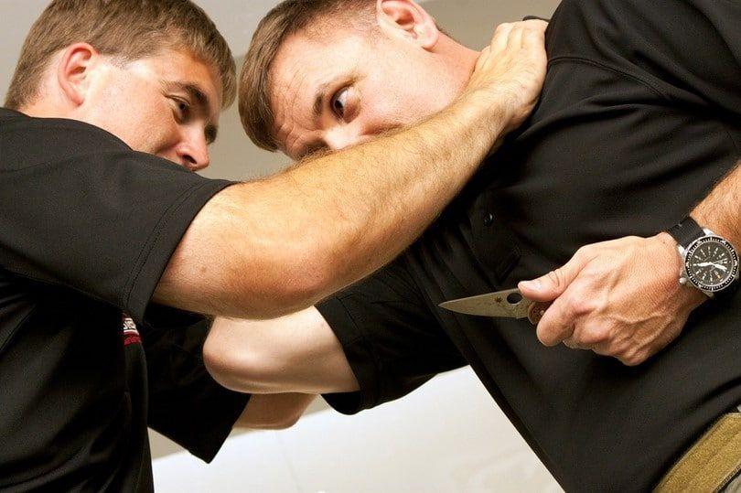 Sobrevivir a un enfrentamiento con arma blanca